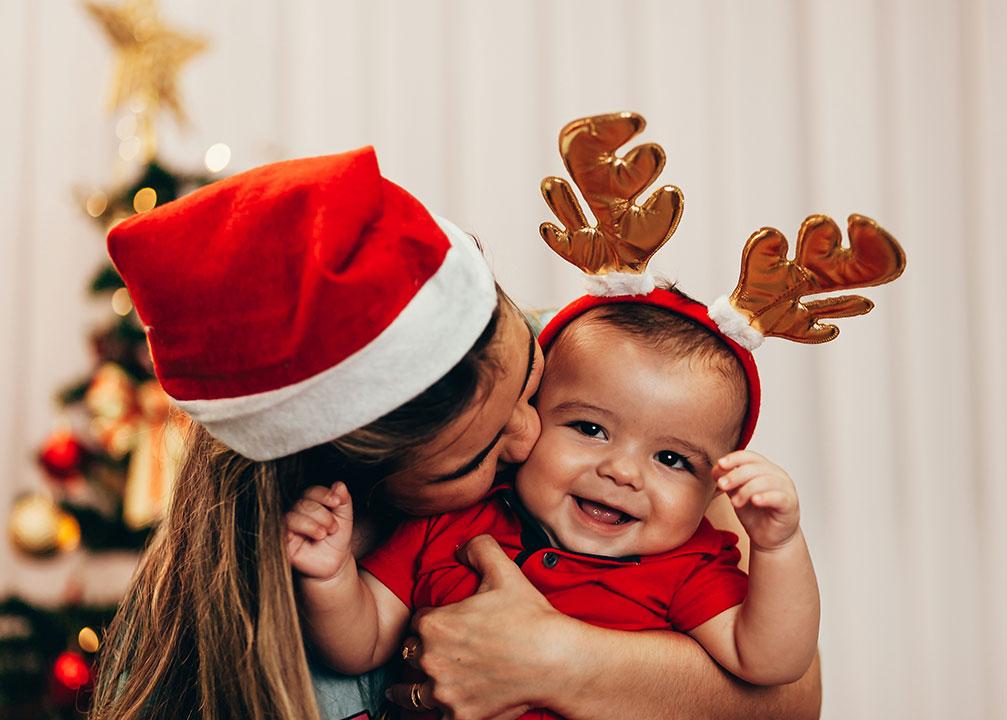 feliz familia latina con dos hijos